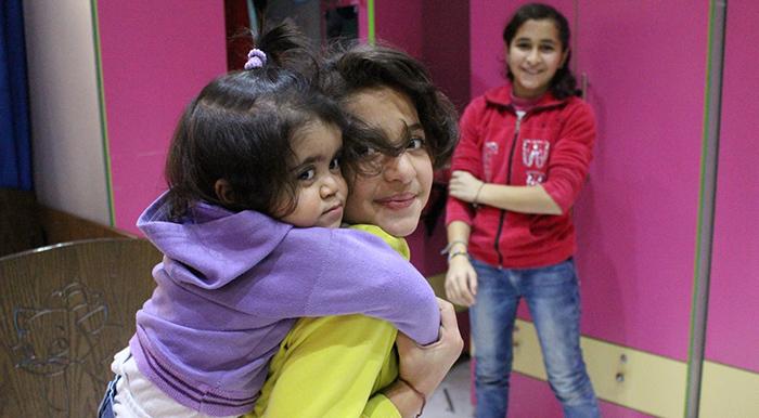 Niårige Dania og hendes to søstre fra Syrien
