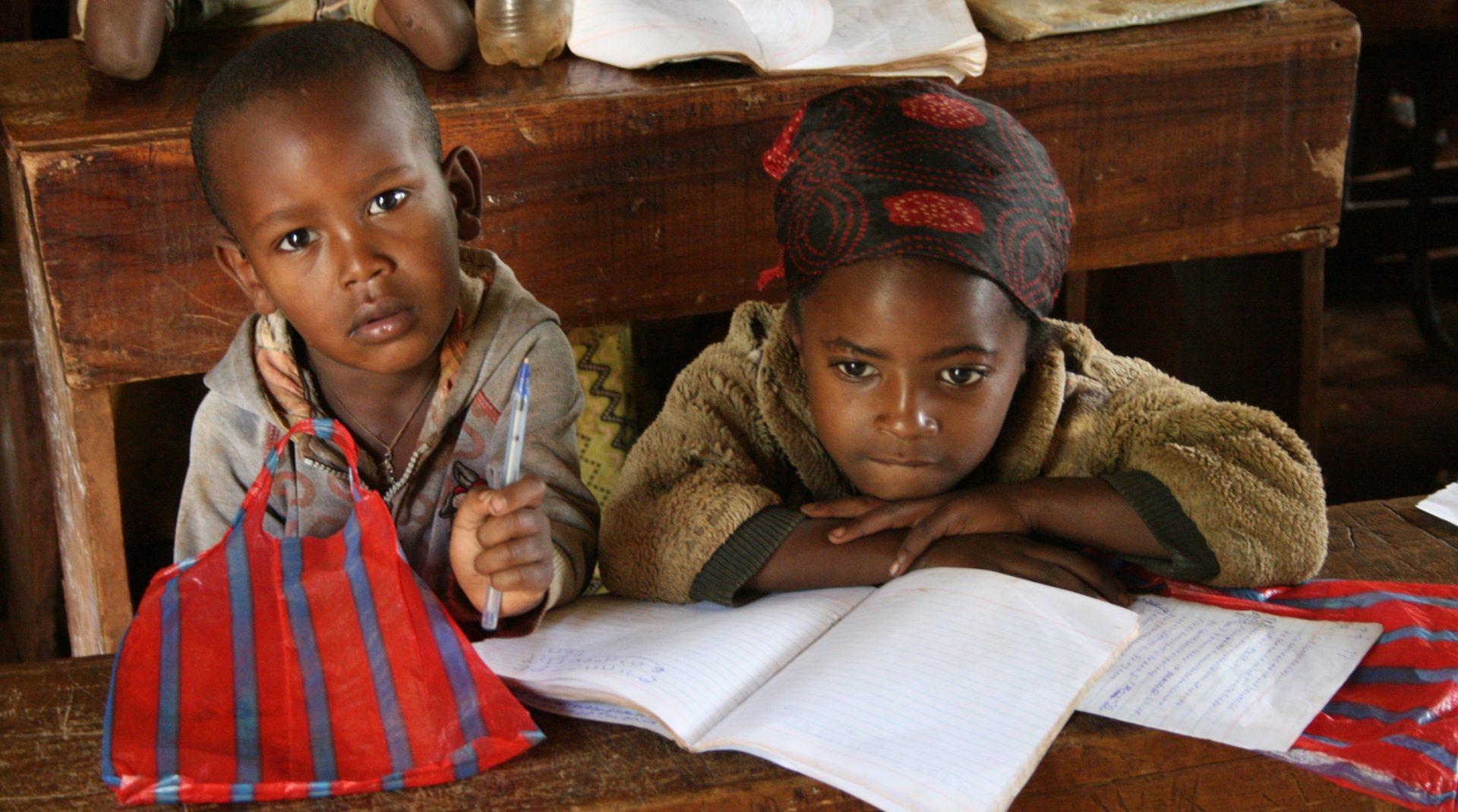 To børn i skole i Etiopien
