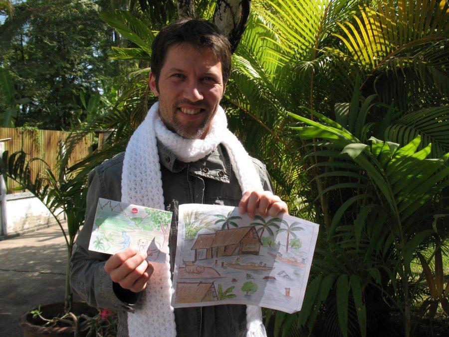 SOS-fadder Lars med gaver fra sit SOS-barn i Laos