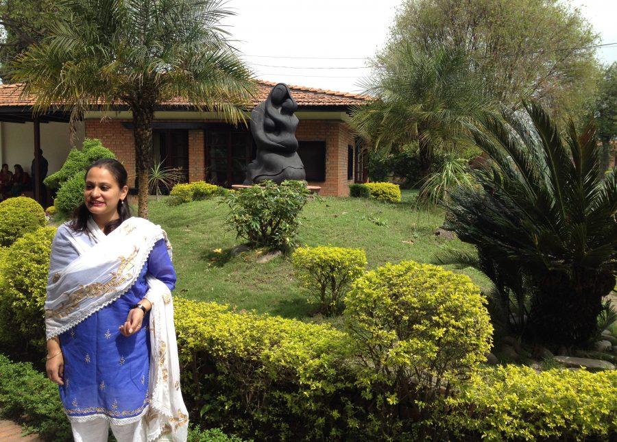 SOS-fadder Eva støtter udsatte børn - her på besøg i børneby i Nepal