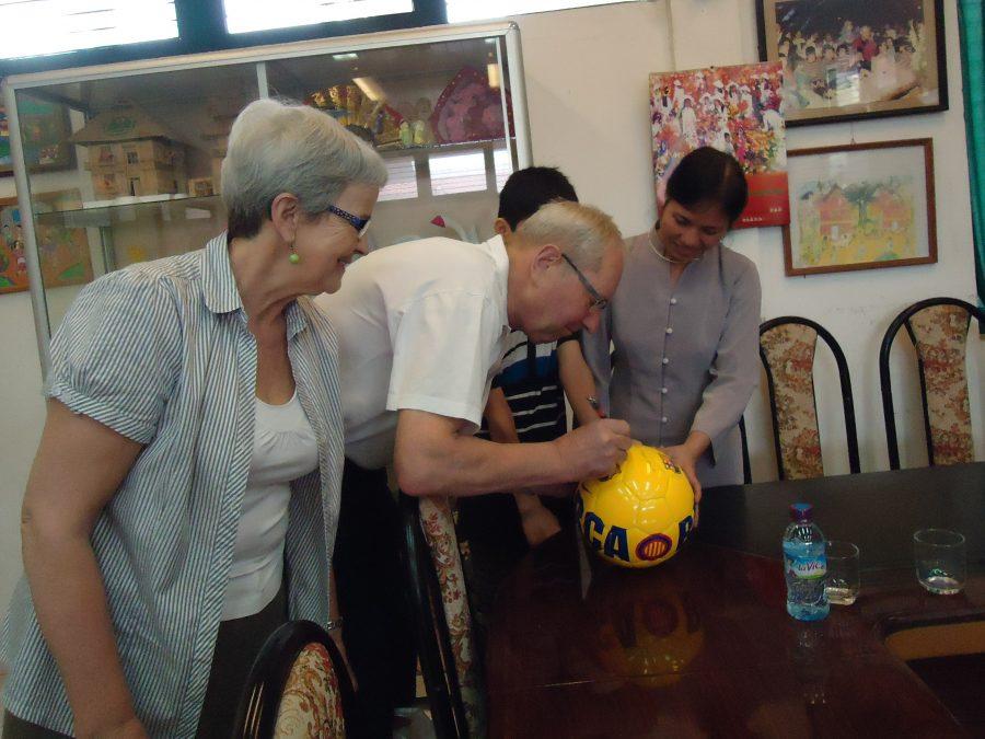 SOS-fadder Else og Mogens besøger deres fadderbarn i børneby i Vietnam