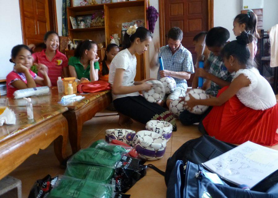 SOS-fadder Lars har gaver med til sit fadderbarn og hendes SOS-søskende i børnebyen i Laos