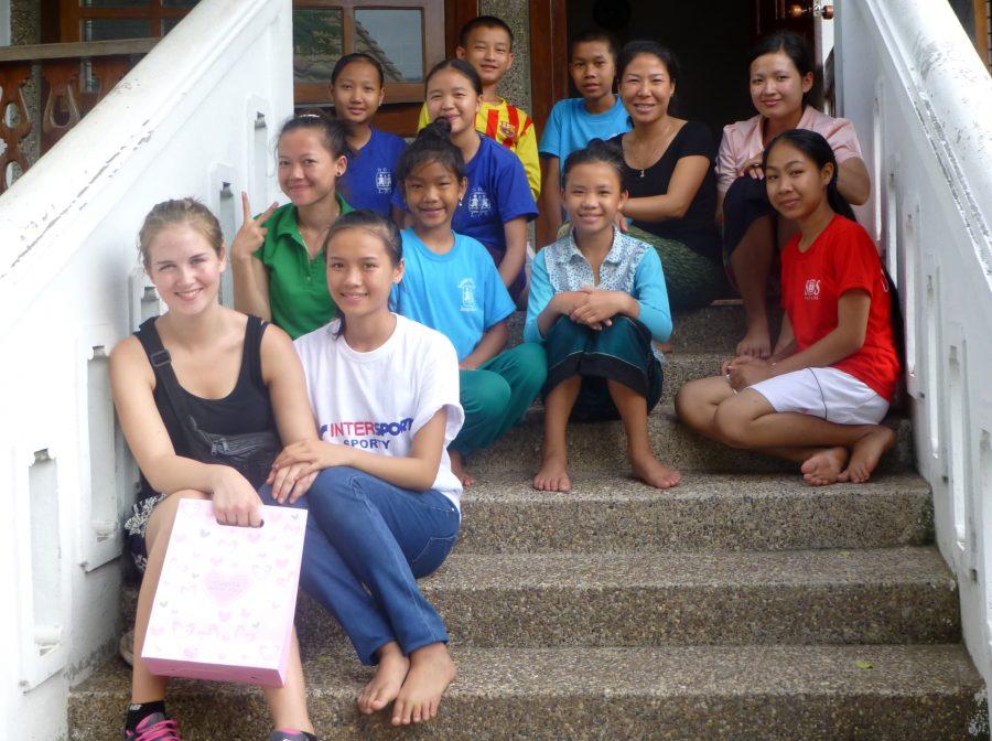 Khun sammen sin SOS-fadders datter og SOS-søskende fra børnebyen i Laos