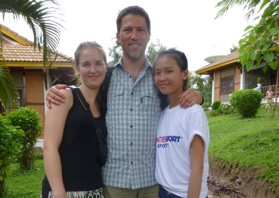 SOS-fadder Lars sammen med sin datter og sit fadderbarn Khun i børneby i Laos