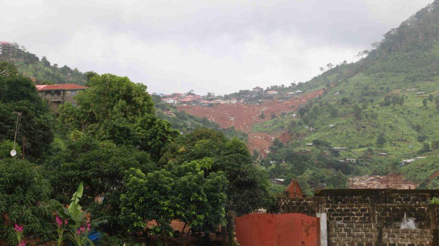 Landskabet omkring Freetown i Sierra Leone bærer tydeligt præg af det katastrofale jordskred, der ramte Sierra Leone den 14. august
