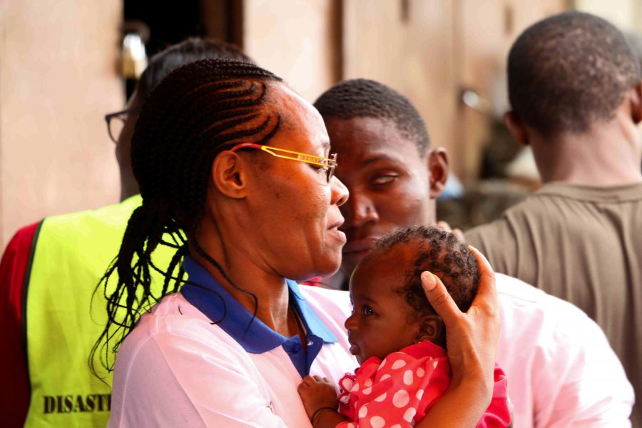Psykolog hos SOS Børnebyerne - Teresa W. Ngigi - besøger familier berørt af det voldsomme jordskred, der ramte Sierra Leone i midten af august.