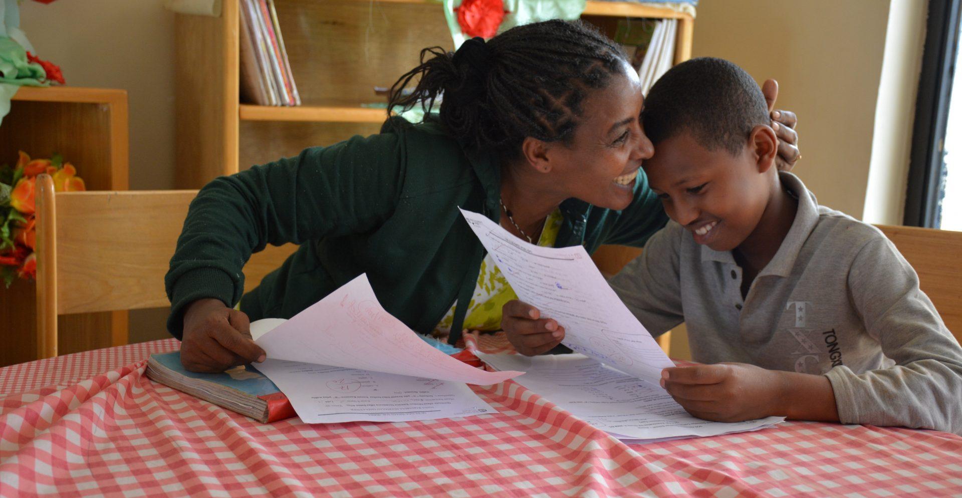 10-årige Bekele fra Etiopien med sin SOS-mor