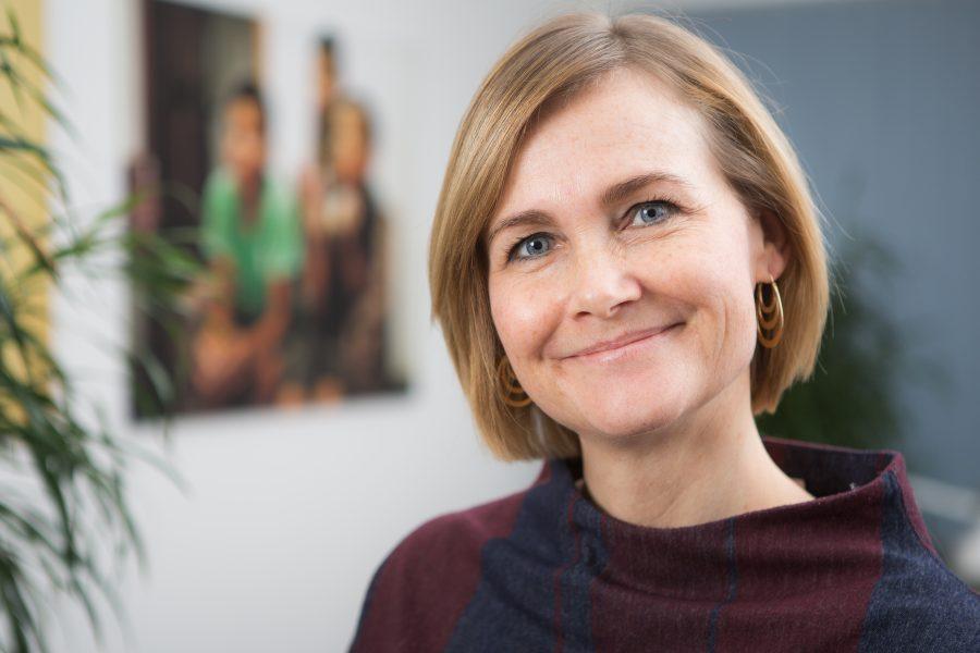 Mette Sandager Löndorf hjælper dig med at komme videre med dit ønske om at testamentere en del af din arv til SOS Børnebyerne