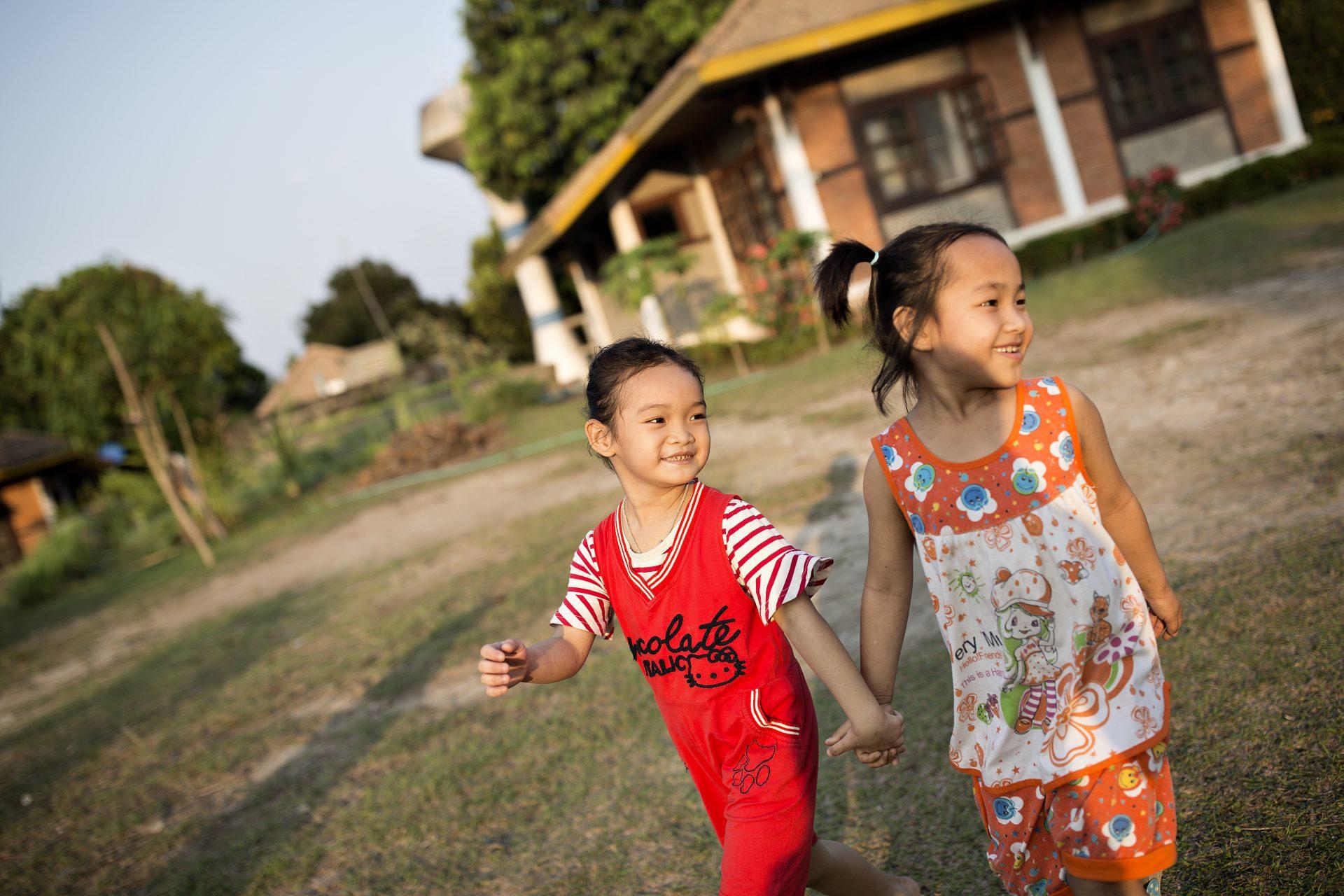 Årsrapport 2017: Godt 126 millioner kom fra faddere og faste bidragsydere i 2017. Her går to børn aftentur i børnebyen i Luang Prabang, Laos. Foto: Lars Just