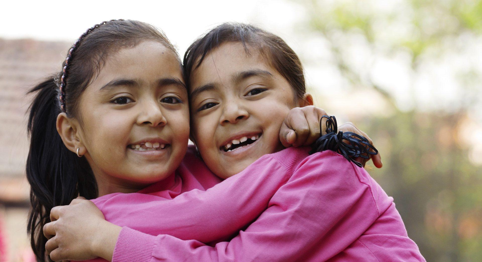 I Omvendt Julekalender møder skoleeleverne blandt andet tvillingerne her. De fik en hård start på livet, men bor nu i en SOS-børneby, hvor de får kærlighed og omsorg. Foto: Nina Ruud