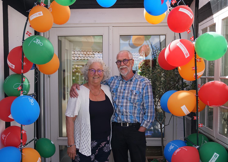 Ole og Nete blev overrasket med balloner og hornmusik i anledning af deres 20-års jubilæum som SOS-faddere.
