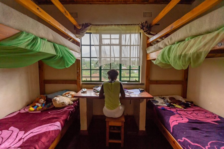 Nani fra Malawi på sit værelse som hun deler med sine to ældre SOS-søstre